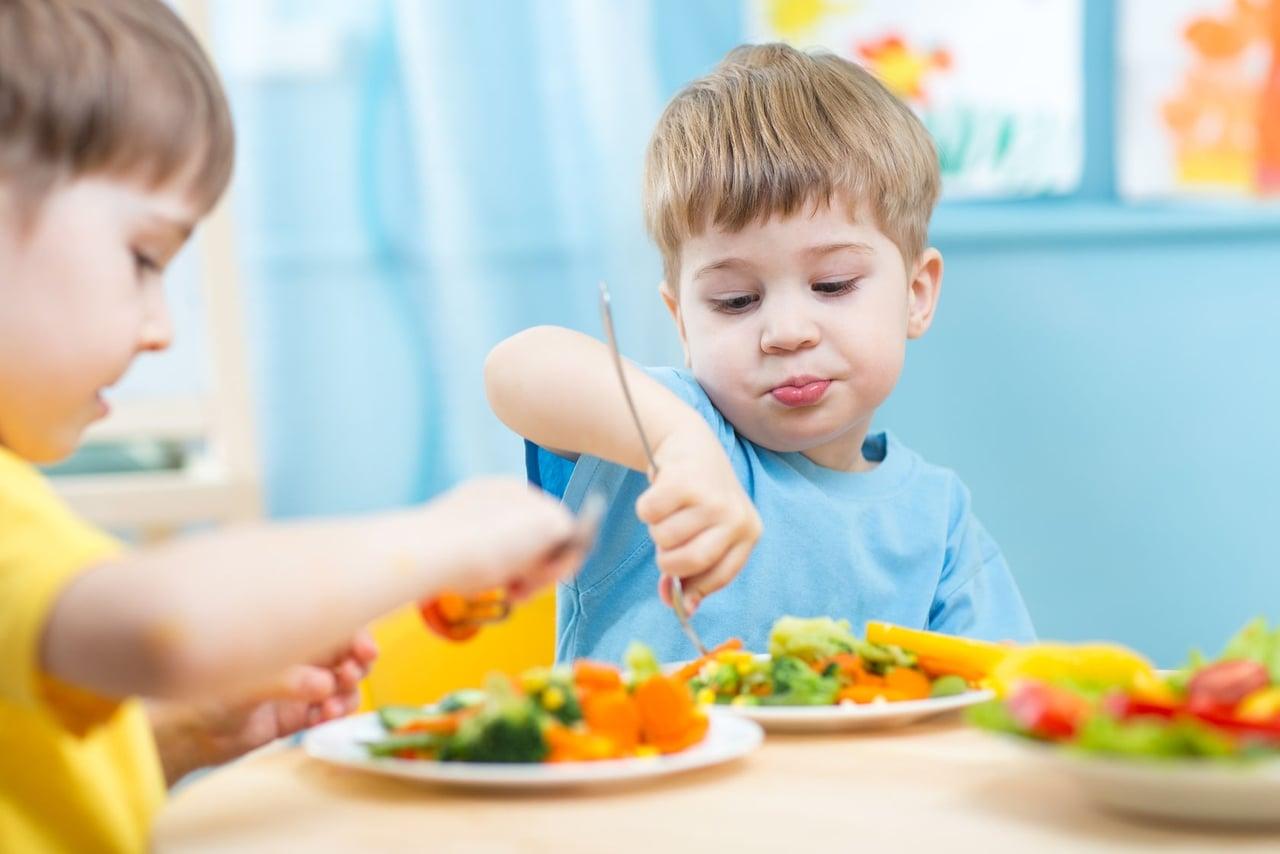 نصائح  لتقديم لطفلك الغذاء الصحي المتوازن